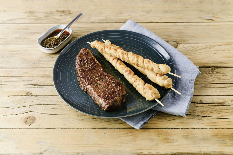 Grill-Smoked Steak Mit Brotspiessen und chimichurri-sauce