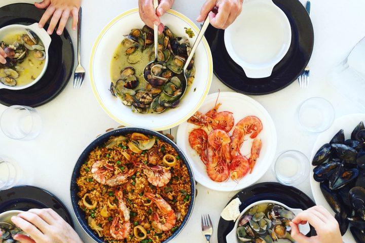 gedeckter Tisch mit Meersfrüchte Gerichten