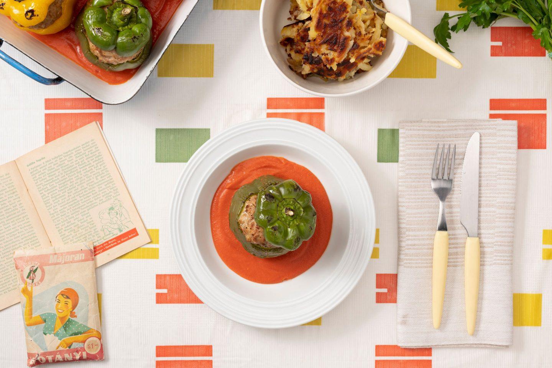 Polnjene paprike z mletim mesom, začinjenim z majaronom, v paradižnikovi omaki.