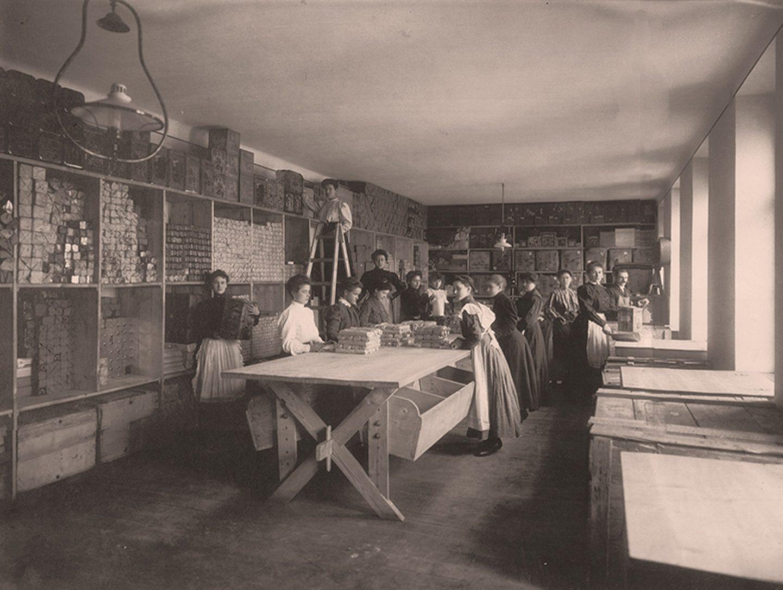 Črno-bela fotografija: delavci med pakiranjem mlete paprike Kotányi leta 1881