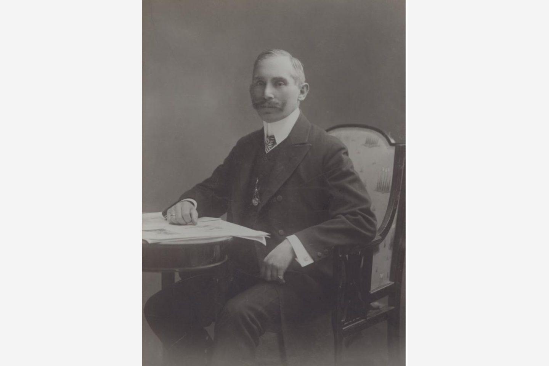 Črno-bela fotografija: portret Jánosa Kotányija iz leta 1881